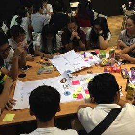 社區考察後,同學們正在回顧及討論老人的困苦與期盼。
