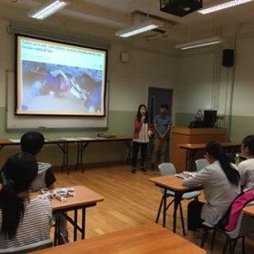 來自Alpha Commons 的Marina和Sam正向同學仔分享他們的社會創新工作。
