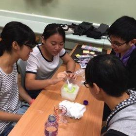 在Marina,Sam的指引下,同學們正在利用初生嬰兒尿片、水等材料製作冷凍包,給老人鎮痛,帶來一點轉變。