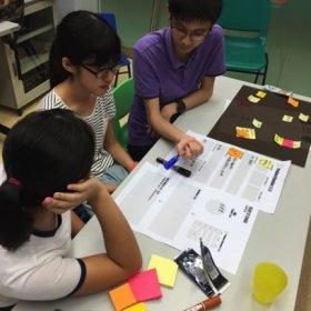 就著老人的處境,同學們進一步鎖定要處理的問題,思考能夠改善老人生活的點子。